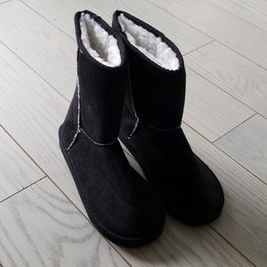 Shoes - Black sherpa lined boots new